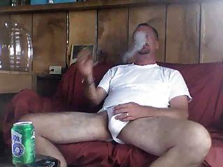 Papá fumando un cigarro bien merecido después de mamá fucking