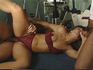 Instructor sexy jodido por dos chicos en el gimnasio