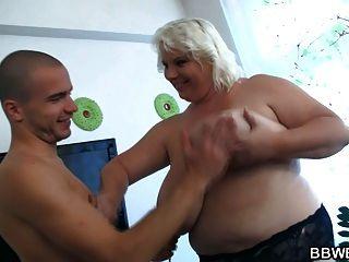 Tiras de señora enorme y folla a hombre afortunado