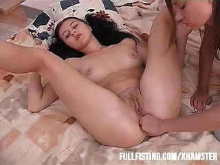 Adolescente sexy sólo quiere puño en su culo apretado