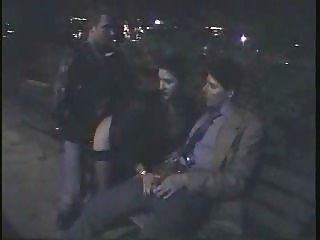 Pareja italiana y su amigo haciendo el sexo bajo la torre eiffel