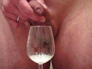 Me jerking gran carga a través de prepucio, cum en copa de vino
