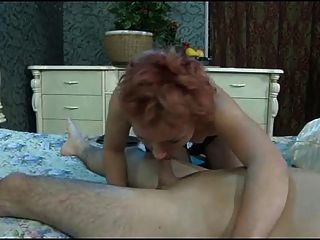El joven rompe el culo de la mujer madura.