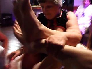 Dos abuelitas gordas gangbanged por los pernos prisioneros jovenes