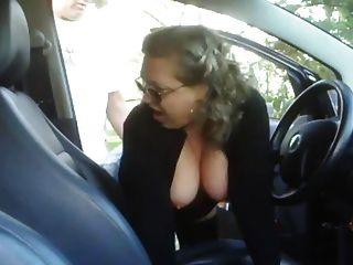 Mujer madura follando a un niño en su coche