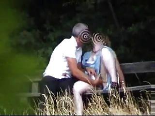 Mamá en el jardín se divierten con novio