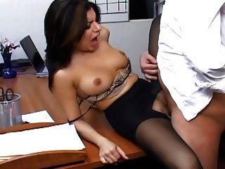 Secretaria tetona en pantimedias pura tiene sexo en la oficina