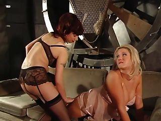 Rubia voluptuosa obtiene sus pezones y coño mojado castigado por dos maestros calientes