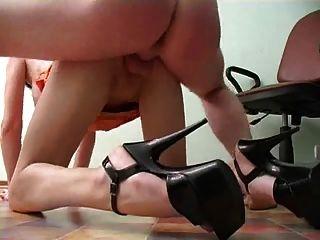 Secretaria con piernas sexy obtiene un creampie