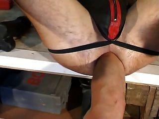 Consolador, puno y pies por el puño culo