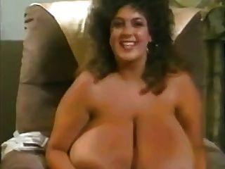 Mamá retro con mega mamas gigantes con areolas grandes