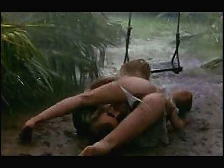 Escena de sexo en la lluvia y el barro