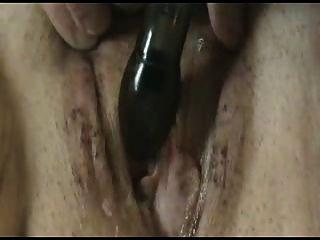 Mujer caliente masturbándose su coño mojado y cremoso
