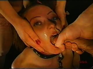 Chica usada como polla chupar esclavo