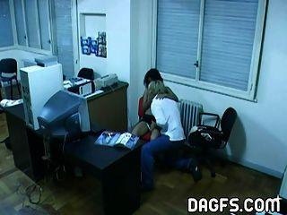 Latina oficina cogida por la cámara oculta