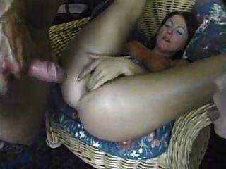 Chica de edad tomando una polla enorme en su culo