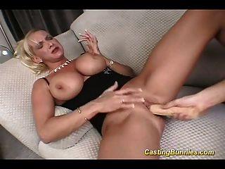 Coño masturbándose en coño y anal duro
