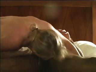Hotwife rubia abriendo su coño para el esperma negro