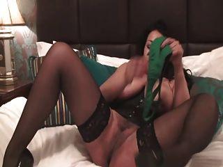 Danica puta británica juega con ella en un vasco verde