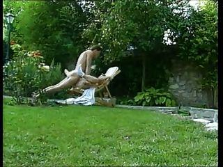 Mujer madura follada en el jardín
