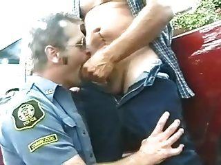 Hombres en uniforme vaquero y policía