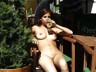 Chica caliente caminando desnuda en la parte pública 3