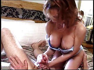 2 chicas con enormes tetas examinan una polla durante femdom handjob 6