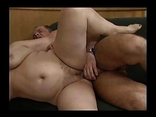 Dos abuelas gordas calientes con un hombre