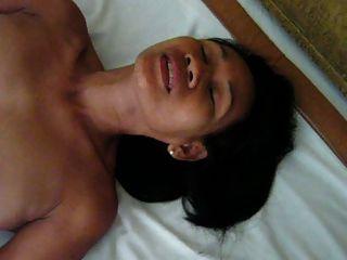 Me karon me masturbo en la habitación del hotel para mis amigos