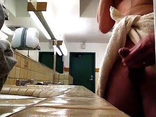 Masturbándose en el baño público