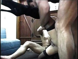 Latina con culo grande se folla duro por dos tachones y traga cargas