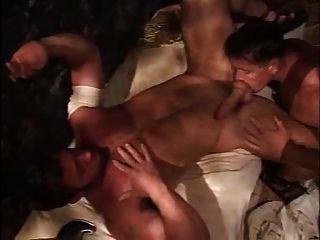 Gladiador follando con sus carceleros