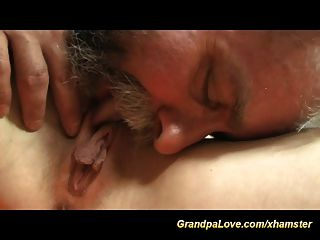 El abuelo caliente necesita carne fresca