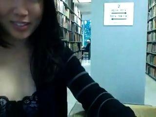 Petite asiat en librairie avec une copine (version longue)
