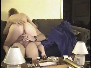 Sexo de pareja madura en sofá desgaste tweed