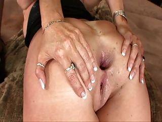Darla extiende su viejo y excesivo culo y se pierde anal