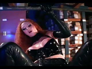 Pelirroja sexy conseguir follada en látex negro brillante