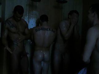 Burlándose de su boner en la ducha