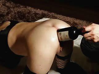 Ella ama el buen vino..Dentro de su gran culo