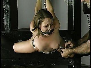Esclavo obtiene cuerda alrededor de muñecas pezones abrazados y bola mordaza en su boca
