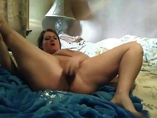 Abuela gorda con grandes pechos se folla un consolador
