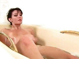 Hermosa chica con coño muy peludo jugando en el baño