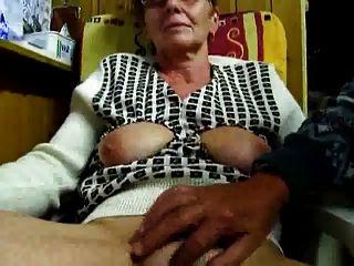 El abuelo se masturba a su esposa con los dedos