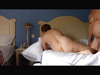 Mujer exhibicionista madura masturbándose luego siendo follada