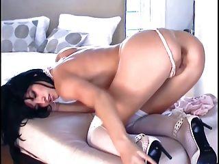 Nena en medias de nylon y stilettoes masturbates