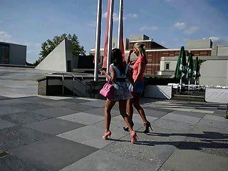 2 chicas calientes en tacones altos en calle pública + upskirt