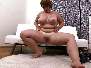 Chica gorda con pelo corto se masturba su vagina afeitada