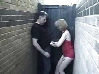 English milf tiene un quickie en el callejón!