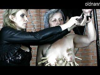 Vieja nana: domina madura haciendo juegos bdsm con abuelita