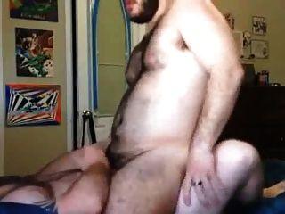 Gos maduros descargan en un joven peludo